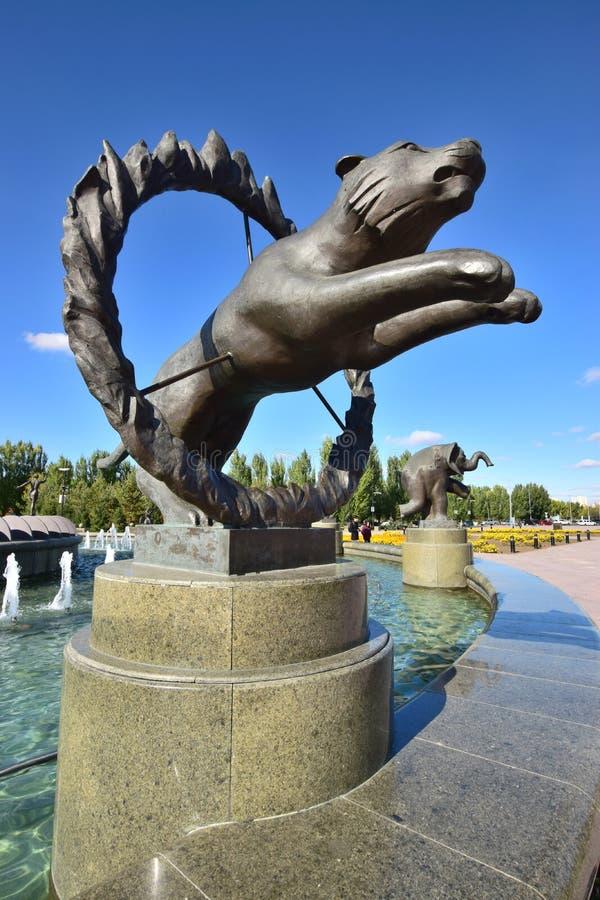 以马戏老虎为特色的雕塑 图库摄影