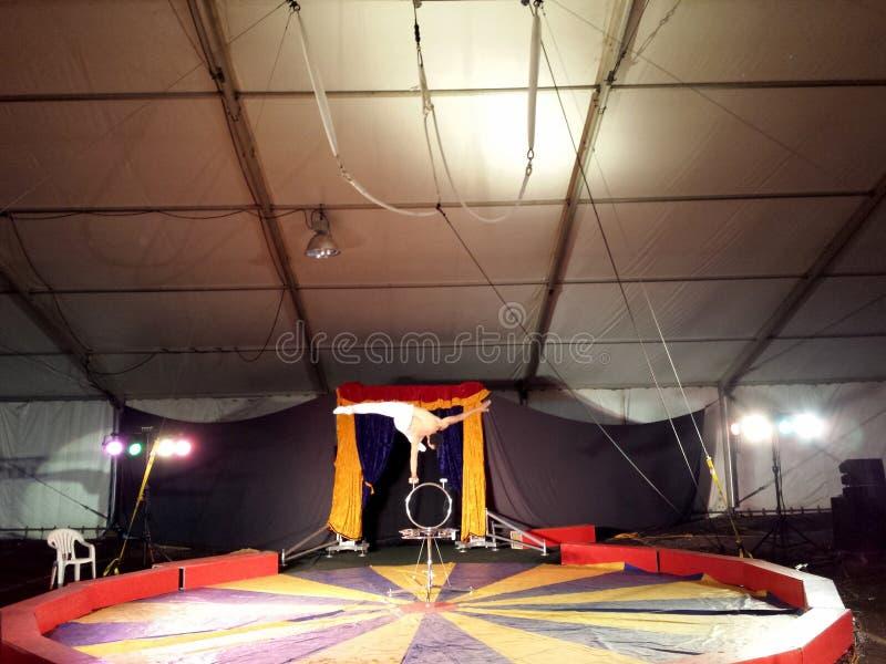 马戏表演者曼在马戏表演中一边倒立一边倒 图库摄影