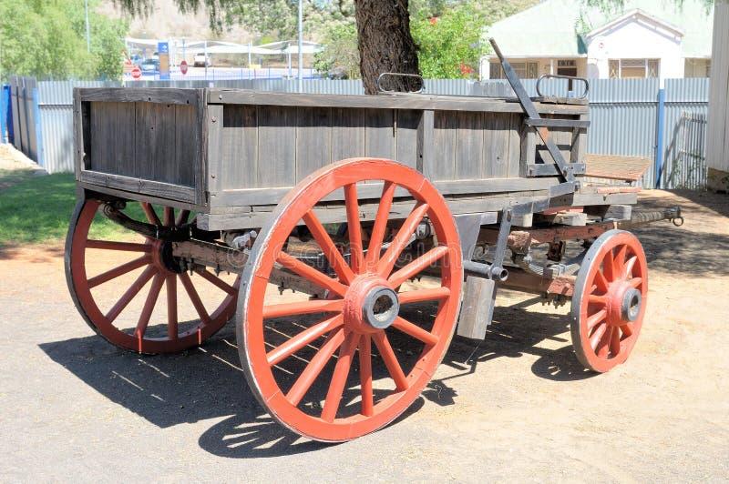 马或黄牛被画的无盖货车 免版税库存图片