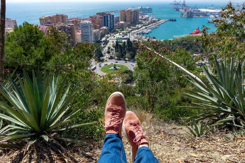 马拉加市,安大路西亚,西班牙空中全景在与一个游人的脚的一个美好的夏日运动鞋运动鞋的 免版税库存照片
