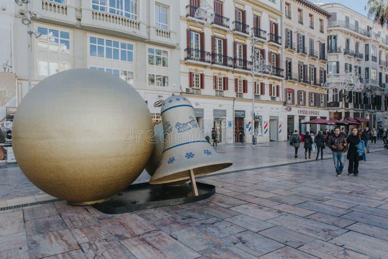 马拉加,西班牙- 2017年12月5日, :马拉加市中心生活看法,当圣诞节装饰品和人走在它附近 免版税库存图片