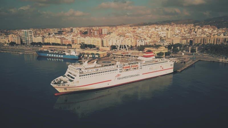 马拉加,西班牙- 2018年9月27日 城市口岸和靠码头的Trasmediterranea轮渡鸟瞰图  免版税库存照片