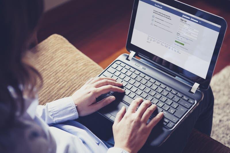 马拉加,西班牙- 2015年4月26日:Facebook在屏幕的注册页在家 免版税图库摄影