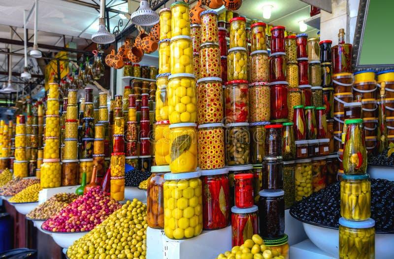 马拉喀什市场上出售的许多橄榄、罐头和香料 摩洛哥,北非 免版税库存图片