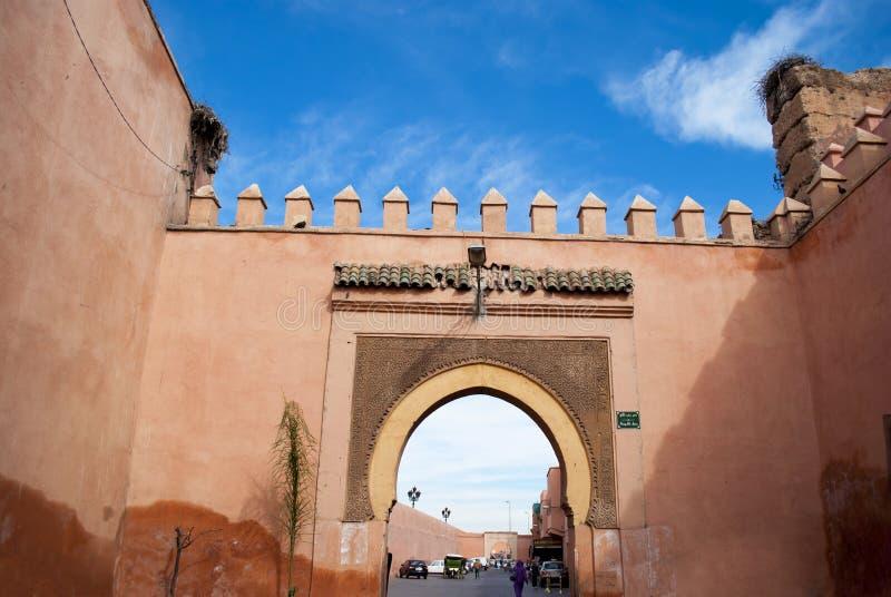 有门的老城市墙壁在马拉喀什 免版税图库摄影