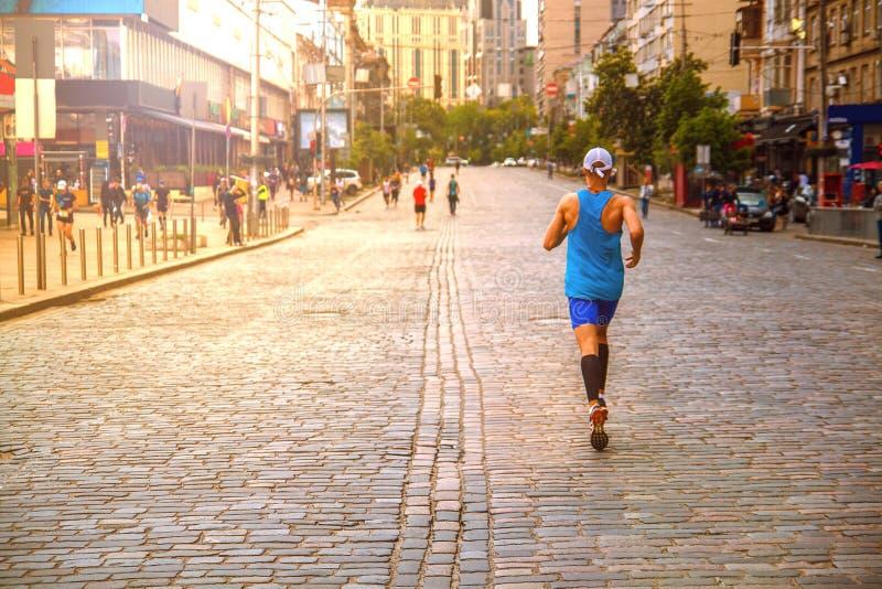 马拉松运动员在城市和参加种族 免版税库存照片
