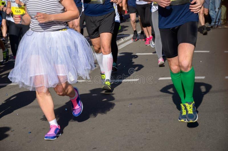 马拉松连续种族,乐趣奔跑,在路的人脚 库存照片
