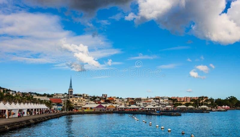 马提尼克岛,堡垒de法国– 2019年 江边的大全景沿堡垒de法国,马提尼克岛海岛城市的 免版税库存图片