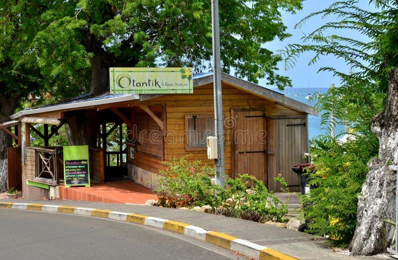 马提尼克岛,美丽如画的餐馆在西部制片人的Sainte安妮 免版税库存图片