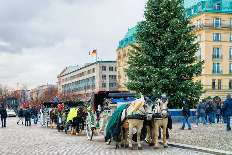 马支架和在巴黎广场的圣诞树在柏林 免版税库存照片