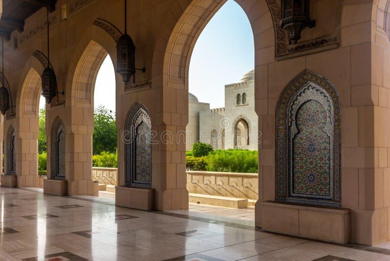 马斯喀特盛大清真寺- 1的曲拱和庭院 免版税图库摄影