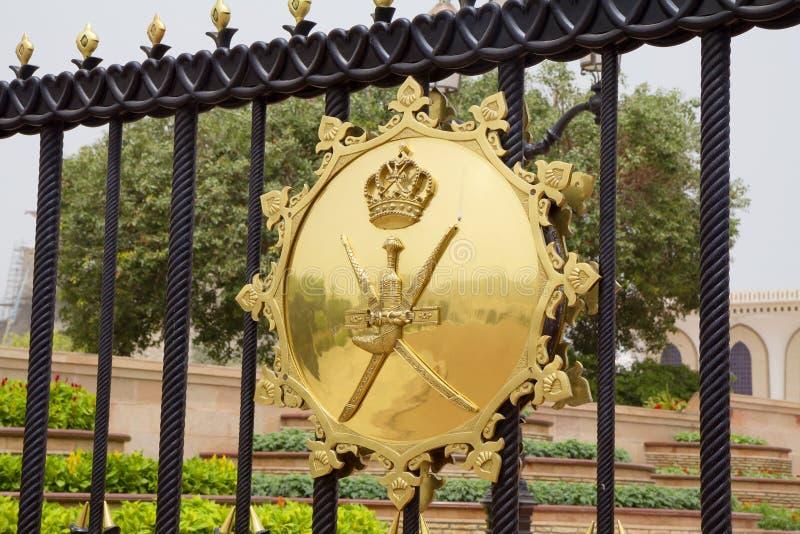 马斯喀特,阿曼,徽章在苏丹卡布斯宫殿门的  库存图片