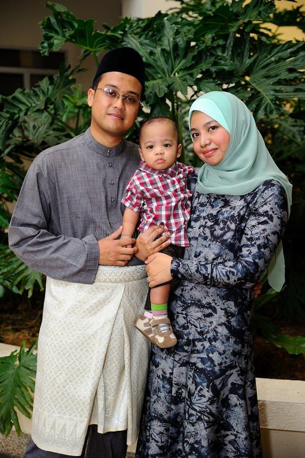 年轻马来的家庭画象 图库摄影