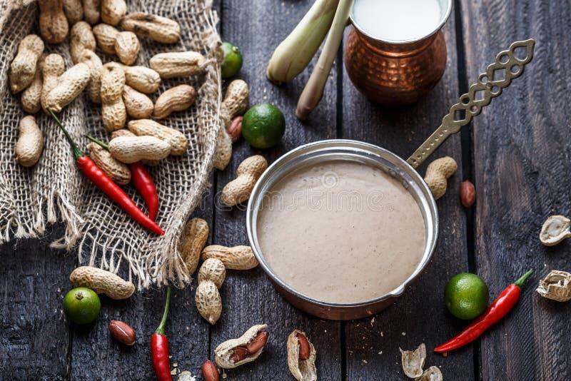 马来的花生调味汁的准备,接近的看法 免版税图库摄影