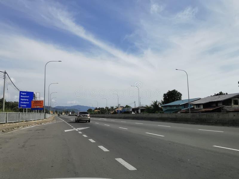 马来西亚沙巴哥打京那巴鲁 — 2020年4月15日 Covid-19运动控制命令中的小车 库存照片