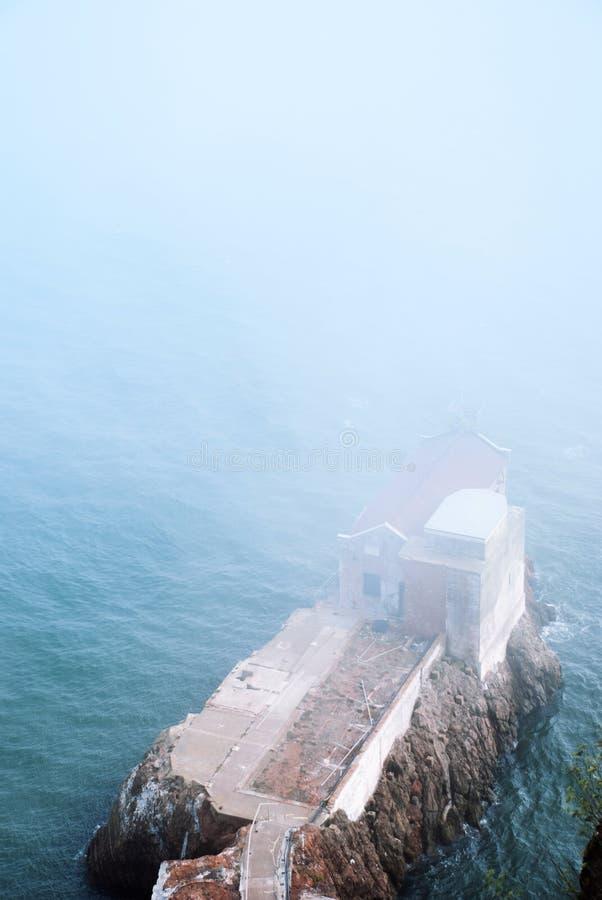 马林陆岬老大厦和旧金山湾在有雾的天 免版税库存照片