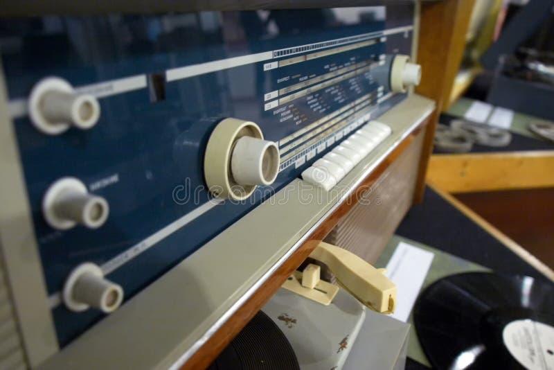 马格尼托哥尔斯克,俄罗斯,- 2012年4月,20日 葡萄酒苏联减速火箭的收音机和转盘集合在一个文化机关的大厅 免版税库存照片