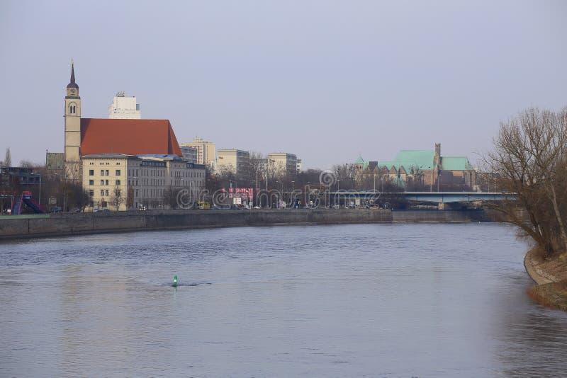 马格德堡,德国- 2018年2月19日:在河易北河的看法从老升降吊桥在马格德堡 图库摄影