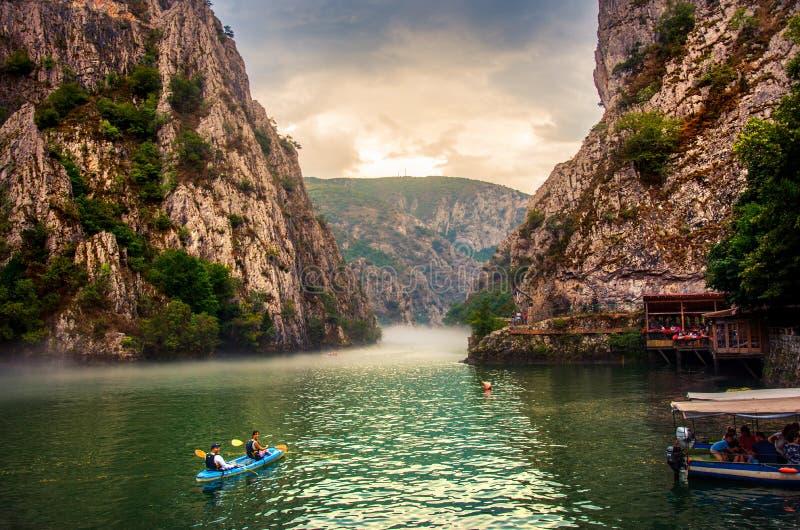 马特卡,马其顿- 2018年8月26日:在斯科普里附近的峡谷马特卡有划皮船和使有雾的风景惊奇的人的 免版税库存照片