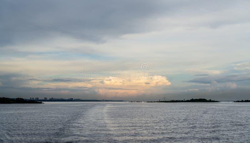 马瑙斯市和Iranduba桥梁在日落,地平线 免版税库存照片