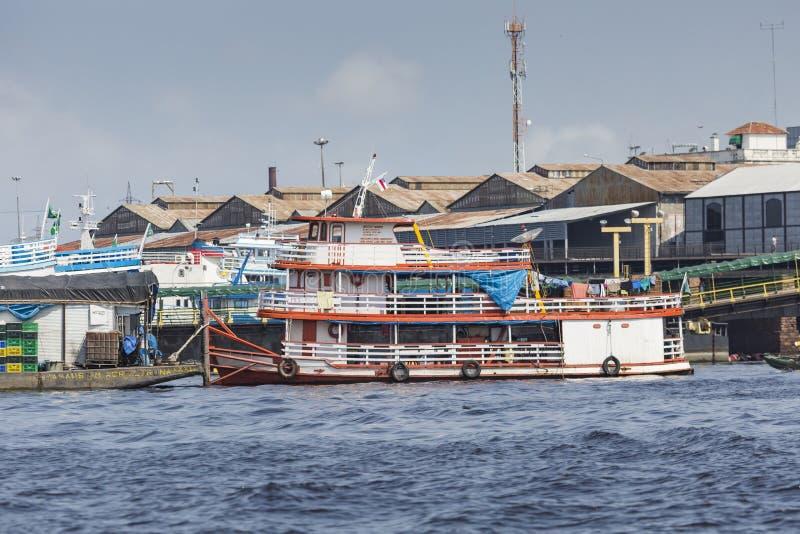 马瑙斯,巴西- 2013年10月:工业船在马瑙斯港口 免版税库存图片