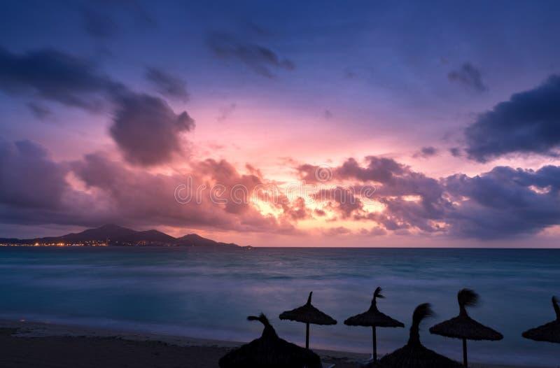 马略卡穆罗角在Alcudia海湾的海滩日出 西班牙的巴利阿里群岛的马略卡 免版税库存图片
