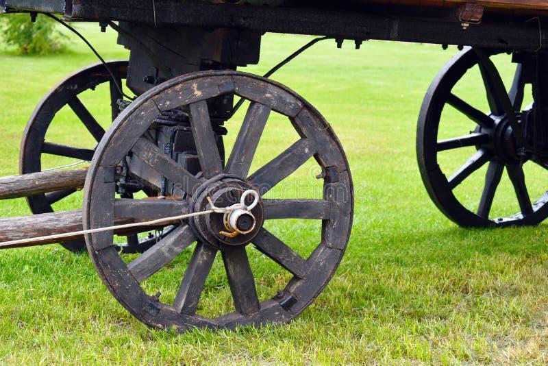 马的老木推车轮子 库存图片