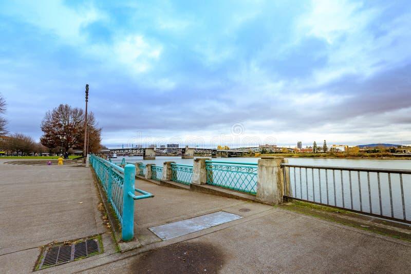 马礼逊桥梁和威拉米特河视图的看法从水的 免版税图库摄影
