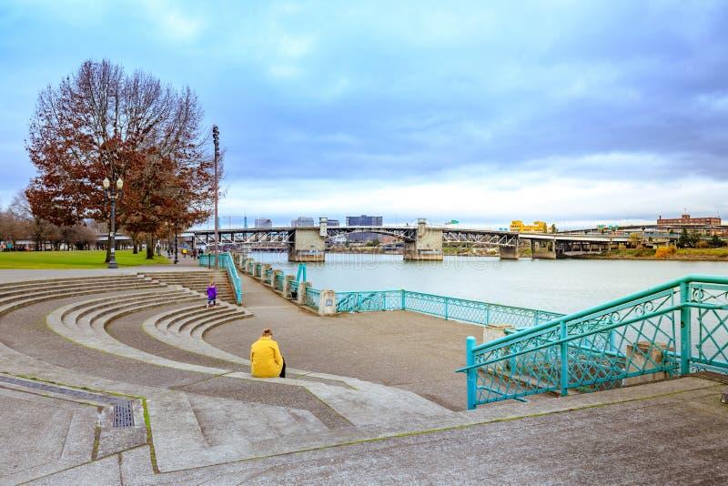 马礼逊桥梁和威拉米特河视图的看法从水的 免版税库存照片
