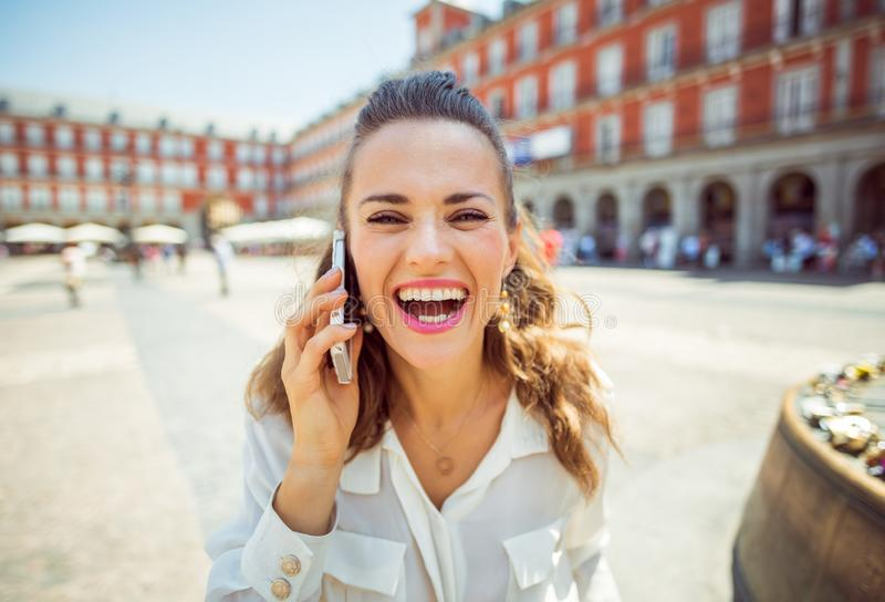 马约尔广场的旅行家妇女谈话在手机 图库摄影