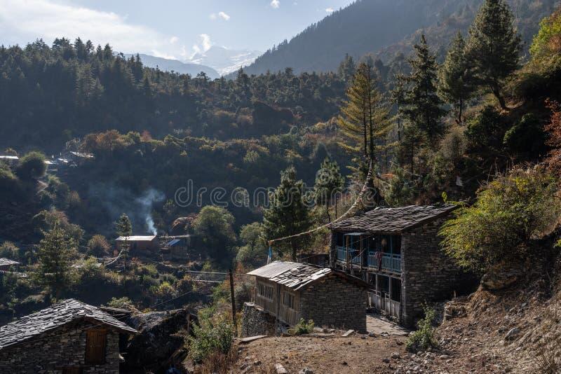 马纳斯卢峰电路艰苦跋涉的,喜马拉雅山山脉,尼泊尔老村庄 免版税图库摄影