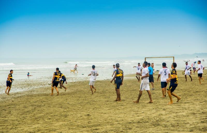 马纳比,厄瓜多尔, 2018年5月, 29日:享受与最好的朋友的时间 使用与足球的小组快乐的青年人 图库摄影