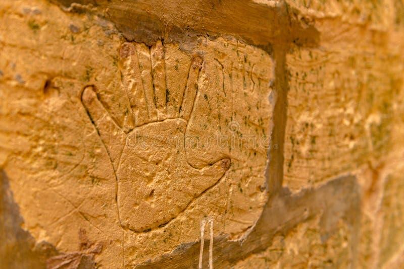 马耳他十字形的描述在细胞的墙壁上的在拉巴特城堡老监狱的,在维多利亚 库存图片