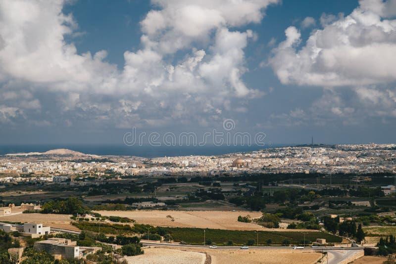 马耳他海岛美好的全景从本营正方形的顶端在有莫斯塔圆形建筑的天主教会的姆迪纳 ?? 免版税库存图片