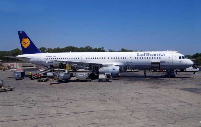 马耳他17 2014年7月 马耳他国际机场Luqa机场 汉莎航空公司飞机的准备飞行的 图库摄影