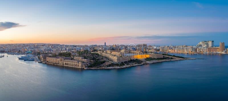 马耳他和堡垒从瓦莱塔在蓝色小时-马耳他的马努埃尔全景  免版税库存照片