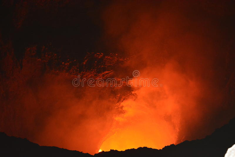 马萨亚火山的火山口与里面熔岩的,在尼加拉瓜 免版税库存图片