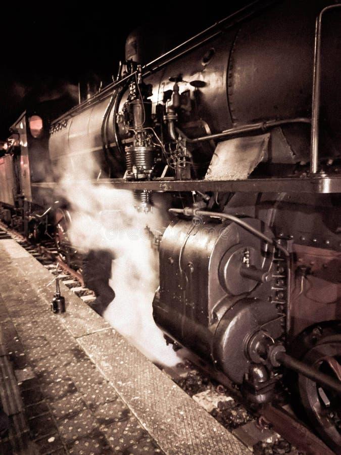 马萨,意大利,2018年12月26日-小组740 FS蒸汽机车火车,固定式在换油的Aulla驻地到闸 库存照片