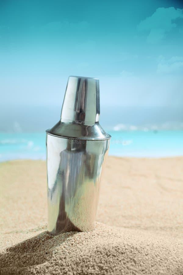 马蒂尼鸡尾酒在海滩的鸡尾酒搅拌器 免版税库存照片