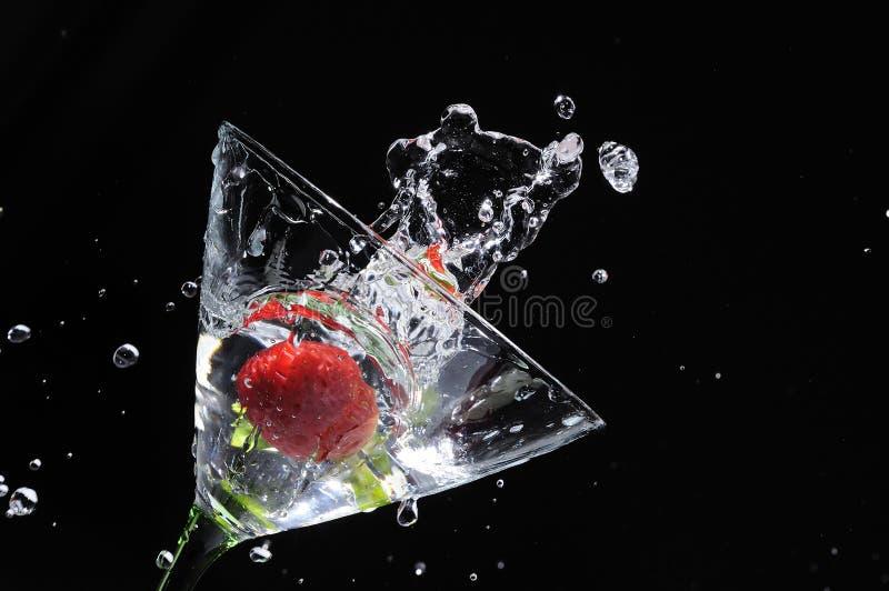 马蒂尼鸡尾酒飞溅草莓 库存照片