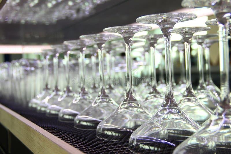 马蒂尼鸡尾酒鸡尾酒杯排队在酒吧 免版税库存照片