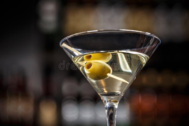 马蒂尼鸡尾酒鸡尾酒用绿橄榄 库存图片