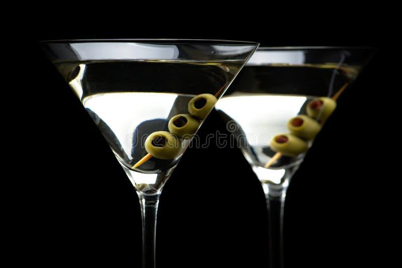 马蒂尼鸡尾酒鸡尾酒的关闭用在黑色隔绝的橄榄 库存照片