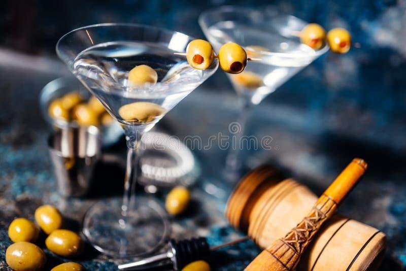 马蒂尼鸡尾酒,经典鸡尾酒用橄榄、伏特加酒和杜松子酒在餐馆服务了寒冷 免版税库存照片