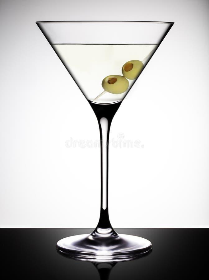 马蒂尼鸡尾酒玻璃用橄榄 图库摄影