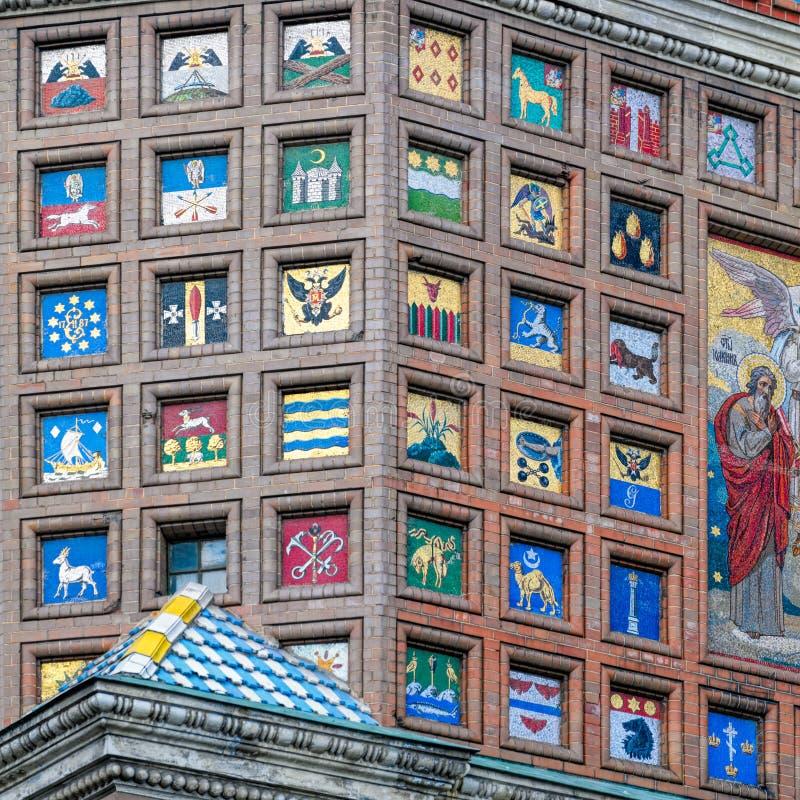 马赛克徽章在砖墙上的 免版税库存图片