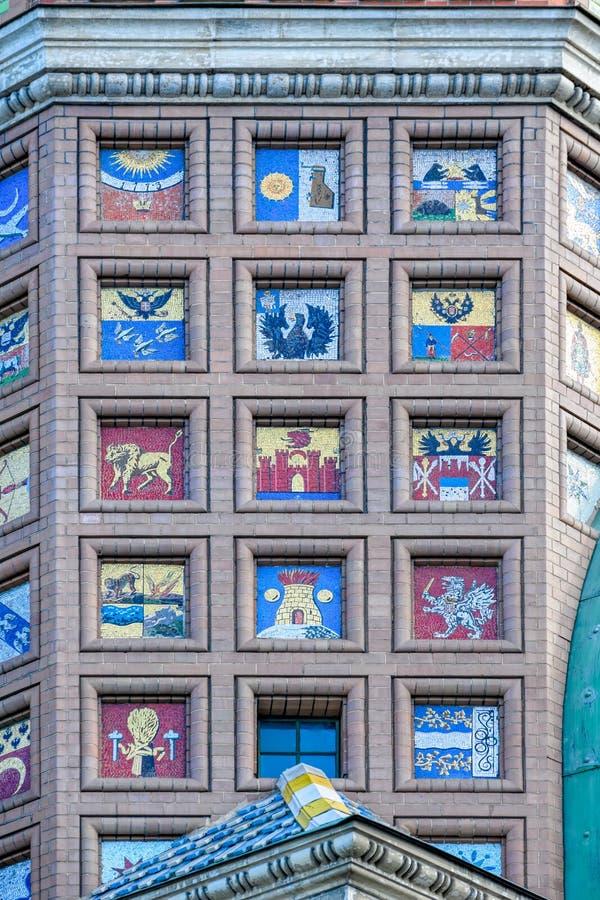 马赛克徽章在砖墙上的 免版税库存照片