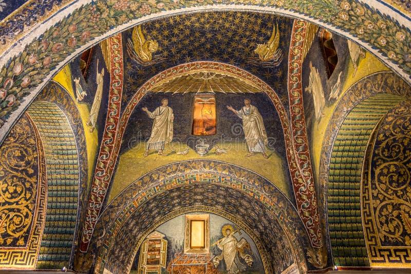 马赛克装饰在三塔Croce教堂里在拉韦纳-意大利 库存照片