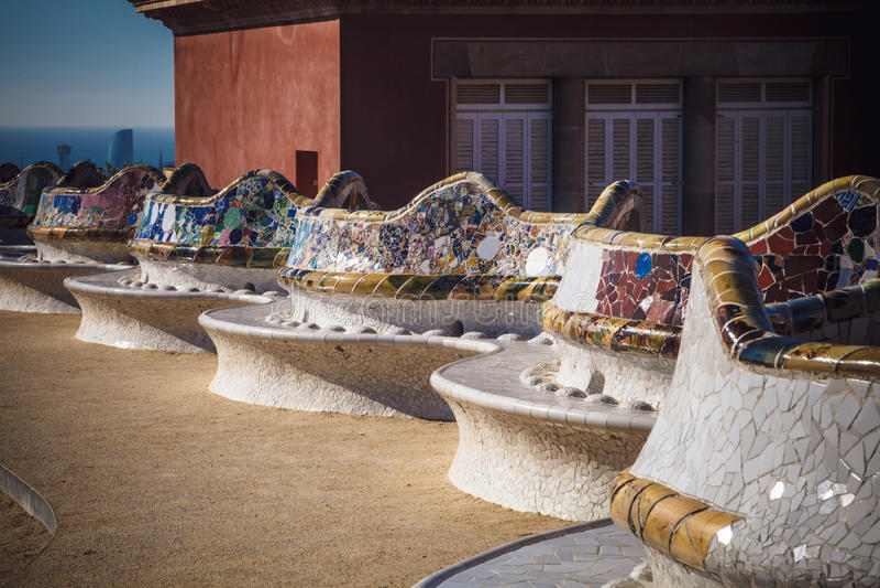 马赛克长凳在建筑师安东尼Gaudi,巴塞罗那的公园Guell, 免版税库存照片