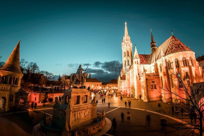 马赛厄斯司提反一世国王教会和雕象在晚上 渔夫` s本营,布达佩斯,匈牙利 免版税库存照片
